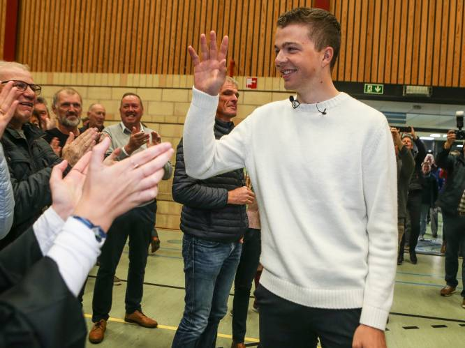 """Florian Vermeersch als held onthaald in thuisdorp: """"Nooit gedacht dat ik het podium in Roubaix zou halen, en al zeker niet dat ik hier in een volle zaal zou staan"""""""