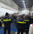 De politie treft 120 feestgangers in de loods aan.