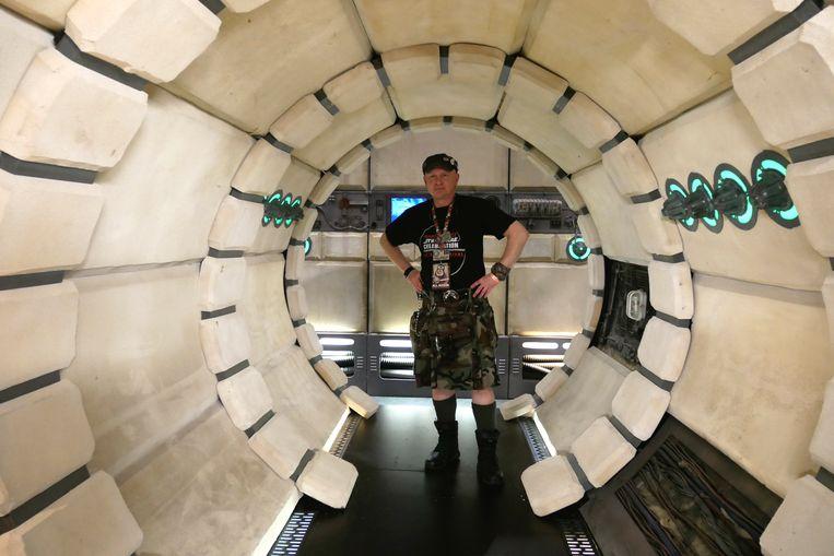 Belg Stefan Cembolista maakt decors voor Star Wars-fanevents. Hier tijdens 'Star Wars Celebration 2017' in Orlando. Beeld Robin Broos