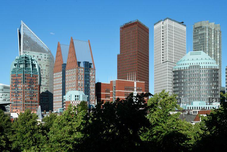 De skyline van Den Haag in 2019, gezien vanaf het Plein.  Van links naar rechts zijn onder meer te zien de Zurichtoren (Algemene Bestuursdienst), Hoftoren (Onderwijs), De Resident (Volksgezondheid, Sociale Zaken) en de JuBi-torens (Justitie, Binnenlandse Zaken). Beeld Hollandse Hoogte / Peter Hilz