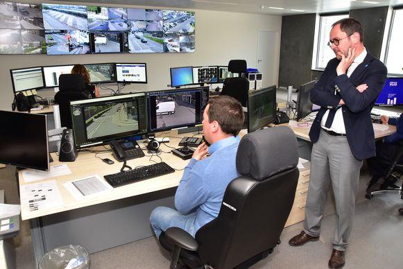 Pieter-Jan Machtelinckx van het bedrijf RTS uit Ieper demonstreert het systeem, burgemeester Vincent Van Quickenborne kijkt geïnteresseerd toe.