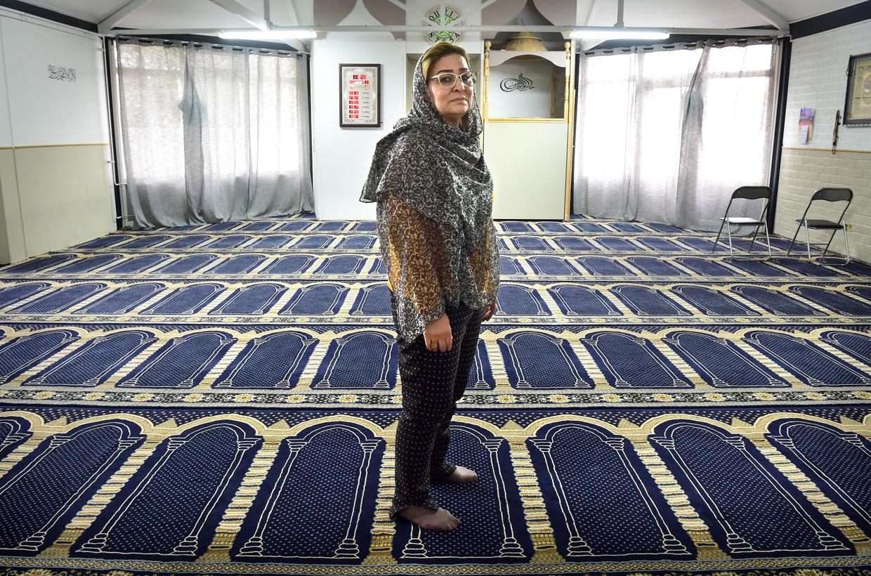 Hajer Harzi in het gebedshuis Al Wasatia, waarnaar de gematigde moslims zijn uitgeweken. Beeld null