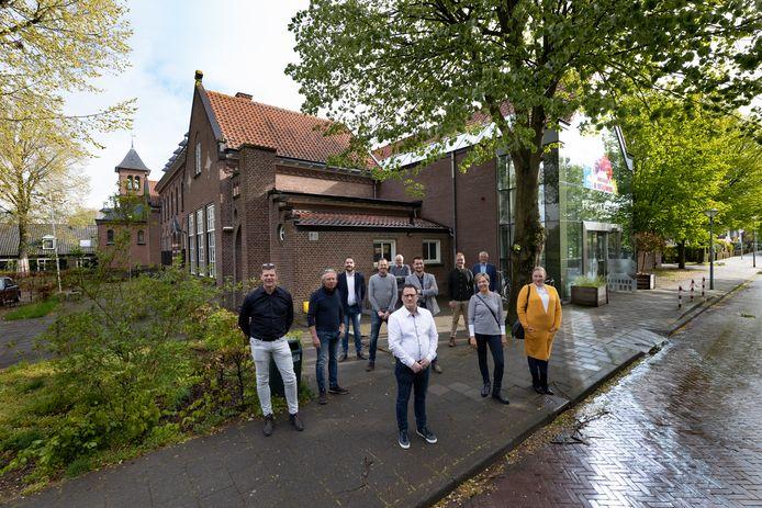 Het Klooster in Waalre moet in september volgend jaar helemaal klaar zijn voor de betrekking van 21 ouderen met een blijvende zorgvraag. Paul van Vlerken (vooraan in het midden), een van de eigenaren, heeft daarin twee nieuwe partners met Thuisbasis Brabant en De Huischmeesters.