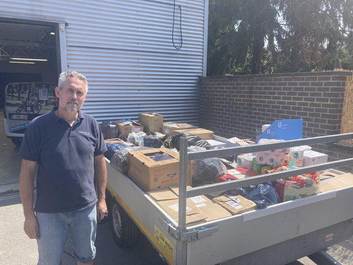 Christophe Anthuenis van Mobibikes bij zijn aanhangwagen met hulpgoederen voor het getroffen rampgebied.
