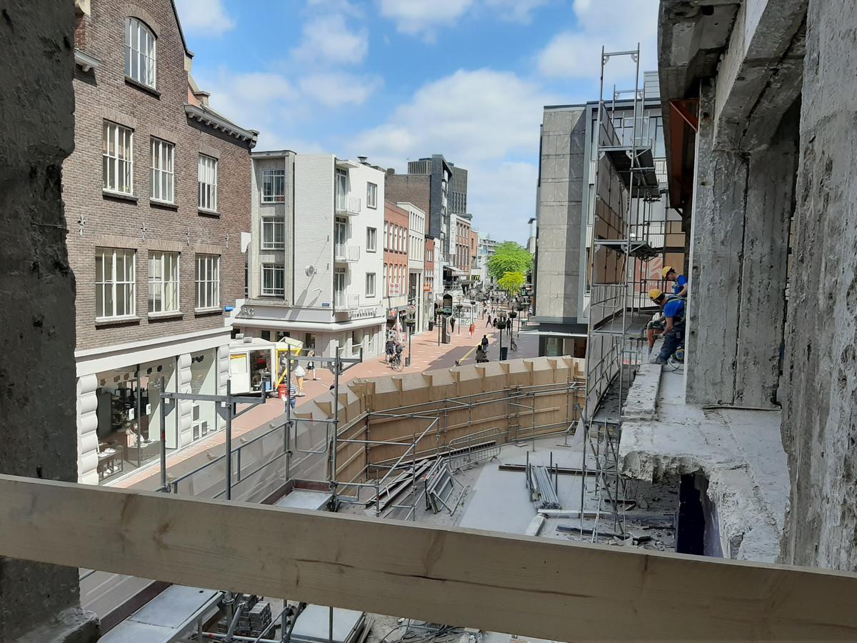 De inham boven de hoofdingang van de voormalige V&D in Eindhoven. Het pand werd om een oude apotheek heen gebouwd. Deze uitsparing wordt nu voorzien van nieuwe vloeren. Daaromheen komt de strakke glazen gevel.