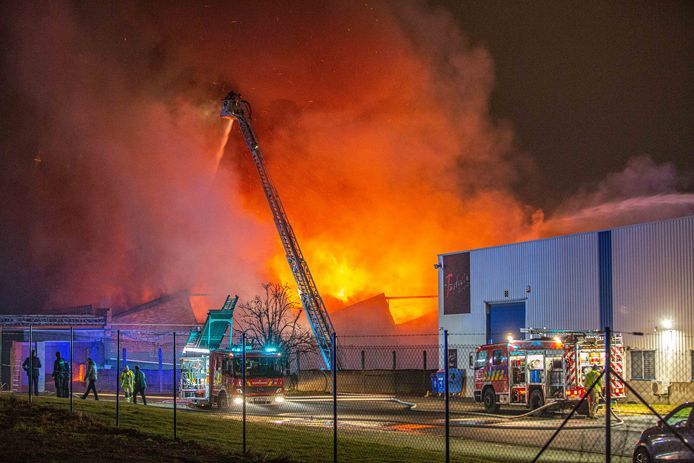 De loodsbrand woedde enorm hevig in de Eugène Ghijsstraat.