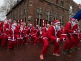 Rennen door de straten van Doesburg in een kerstmanpak