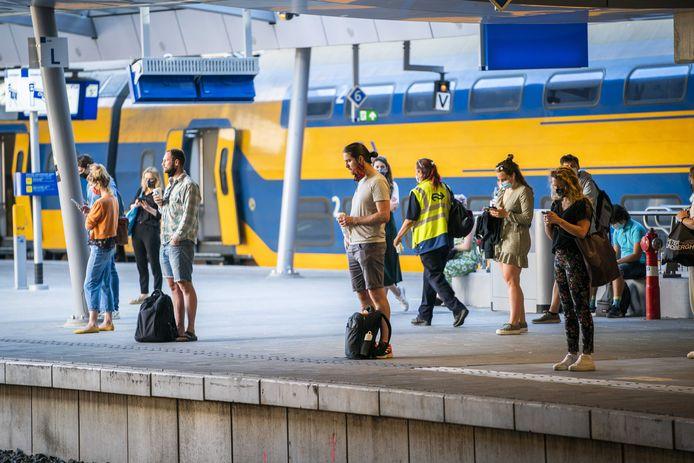 Wachtende reizigers op station Utrecht Centraal, foto ter illustratie.
