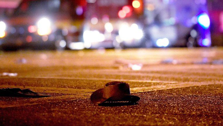 Een cowboyhoed is achtergebleven tijdens de vlucht voor de kogels. Beeld afp