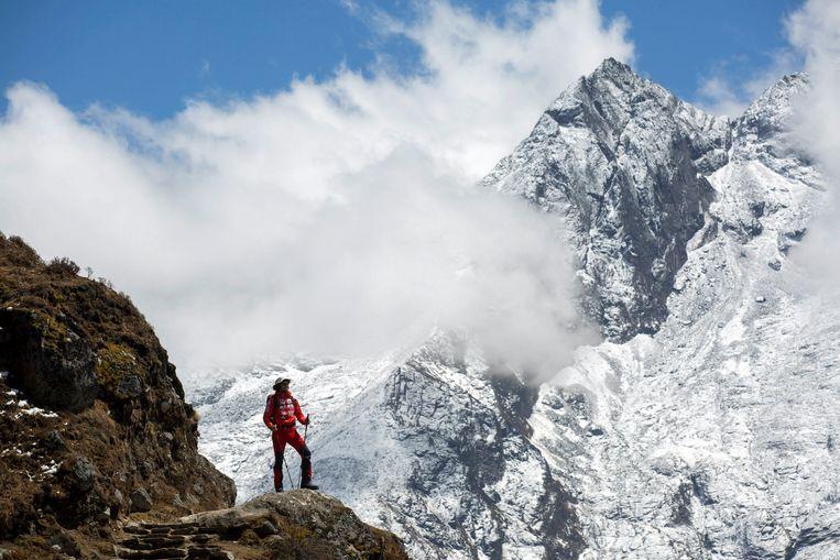 Een Hongaarse bergbeklimmer probeert de Mount Everest te beklimmen.  Beeld EPA