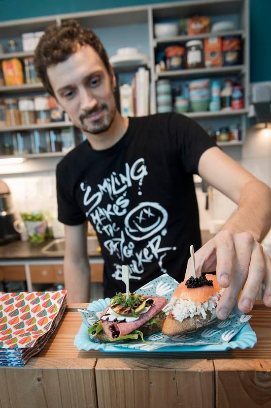 Hier, deze pintxos, daar is Fran Casariego toch wel het meest trots op, die met salami en die met zalm. Let ook op het servetje (fingerz!).