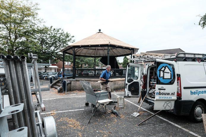 De muziekkoepel op de Markt in Lobith werd deze week vakkundig gedemonteerd.