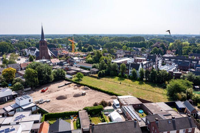 Moergestel Midden wordt in twee fasen aangelegd. Links worden 5 kavels al bouwrijp gemaakt. Op de 2 groene percelen van de families Ketelaars en Van Hulten komen in totaal 8 woningen.