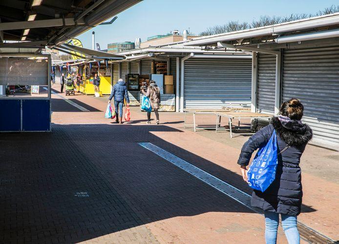 De Haagse markt vanmorgen. Het verschil met vorige week, toen nog weinig bezoekers zich wat van het coronavirus aantrokken, is enorm.