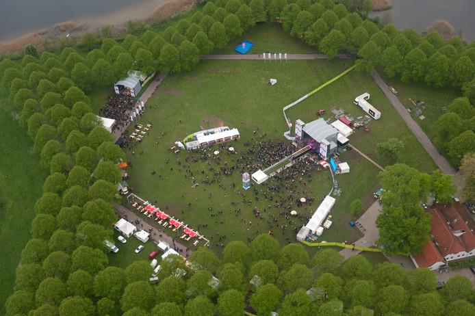 De Pettelaarse Schans tijdens het Bevrijdingsfestival. Rechtsonder de boerderij waarin restaurant Croy is gevestigd.