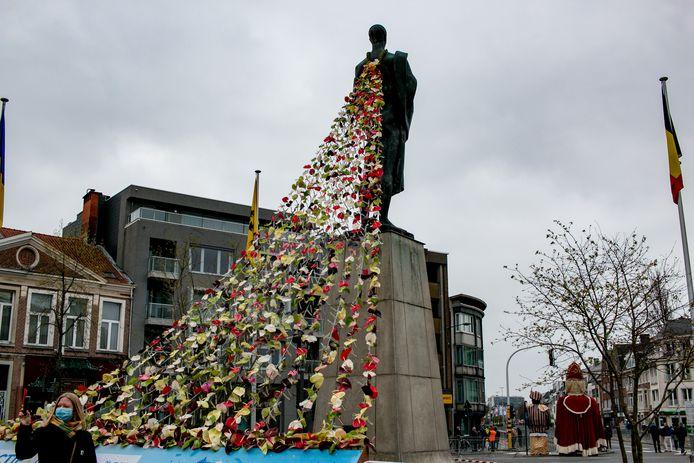 Standbeeld Het Woord op de Grote Markt heeft een kleurrijke bloemensluier gekregen.