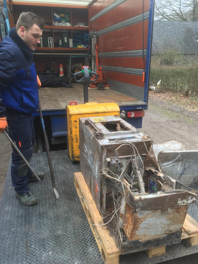 De pinautomaat die naar boven kwam bij werkzaamheden op landgoed De Lange Bleek in Sterksel.