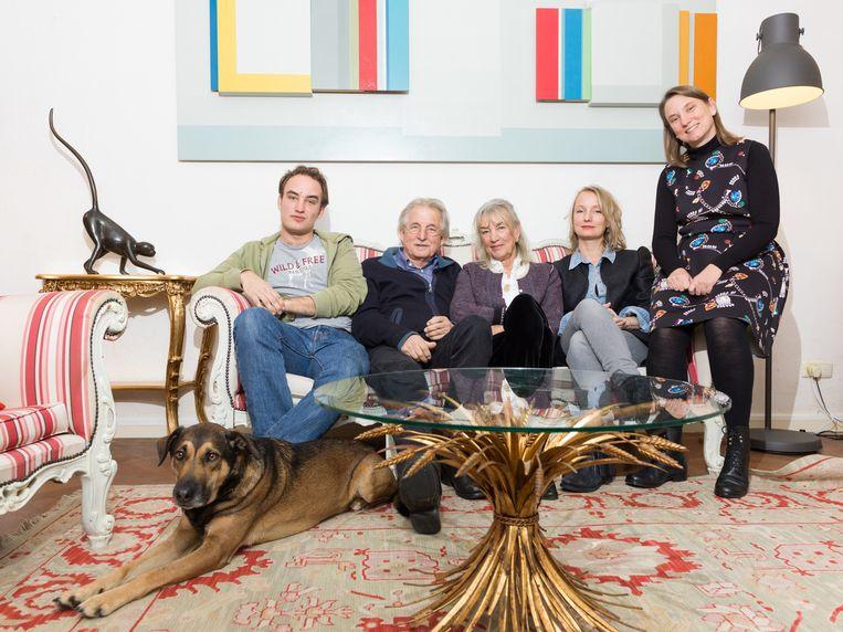Het gezin Bromet. Van links af: Ruben (28), Frans (70), Anita (70), Silvia (43) en Laura (44). Beeld Ivo van der Bent