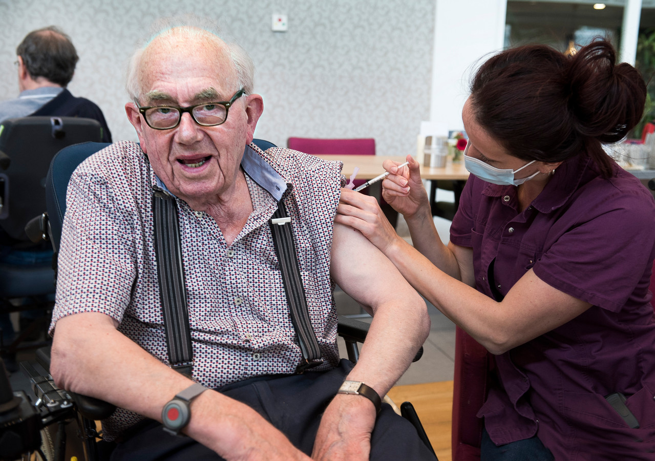 Bewoner Wim van Eijk wordt gevaccineerd.