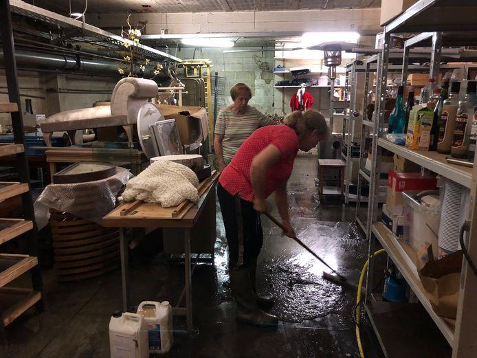 Nadat het water weg gepompt was, mochten de bewoners nog wat 'drek' ruimen.
