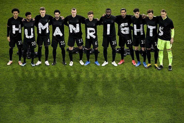 Het Duitse elftal met een statement voor mensenrechten. Beeld EPA