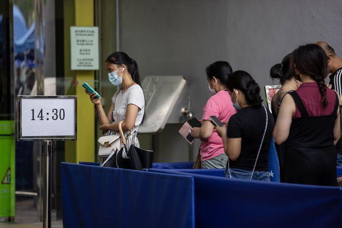 Mensen staan in de rij aan een vaccinatiecentrum in Hong Kong.
