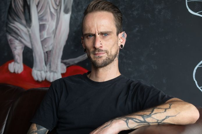 Jordi Lecoque is biohacker en heeft een chip en een bankkaart ingeplant in zijn arm.