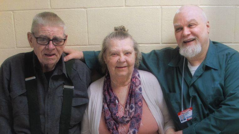 Steven Avery (rechts) en zijn ouders in het tweede seizoen van 'Making a Murderer'. Beeld Netflix