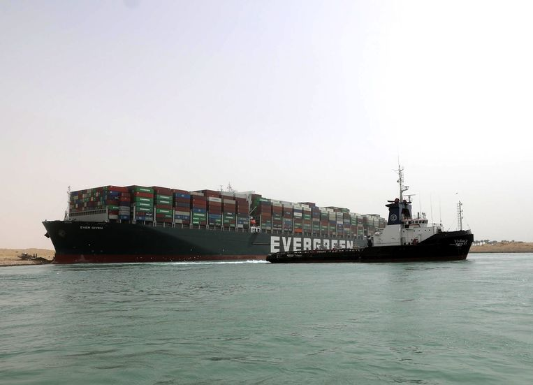 Containerschip de Ever Given (beheerd door bedrijf Evergreen) blokkeert het Suezkanaal. Beeld EPA