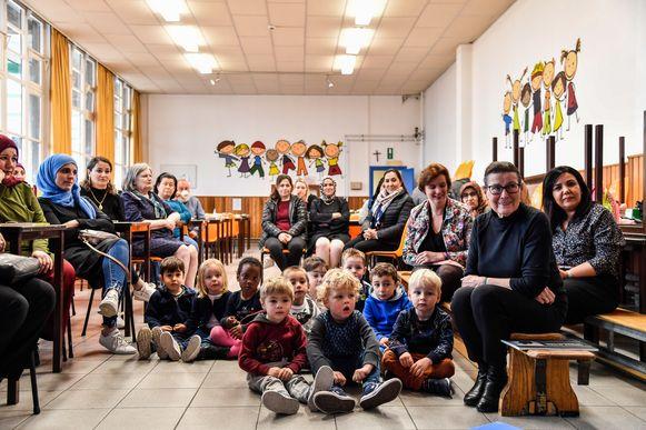 De kleuters en hun ouders luisterden samen naar de volksverhalen.