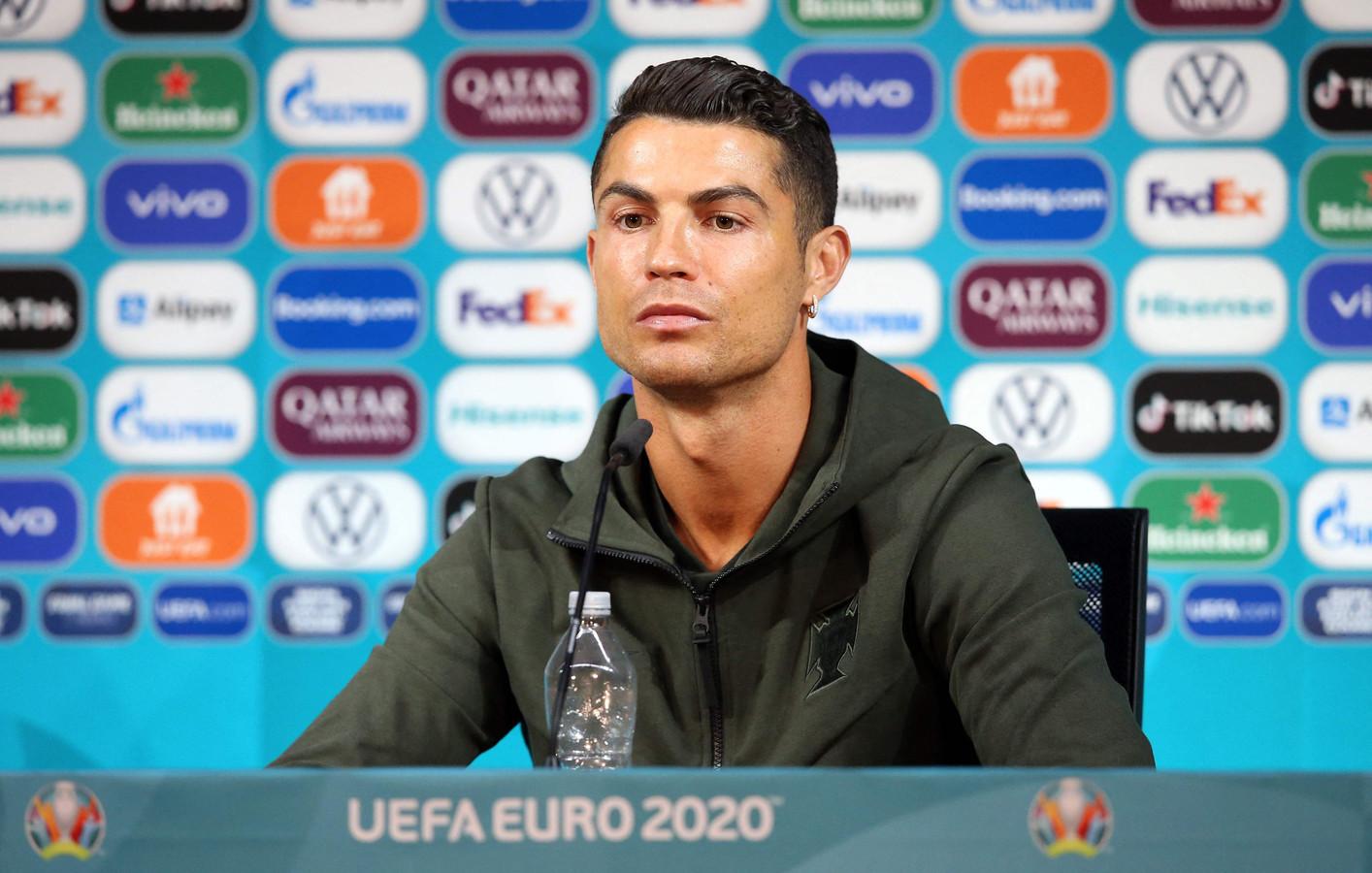 Cristiano Ronaldo zette zijn waterflesje pontificaal in beeld nadat hij de cola aan de kant schoof.