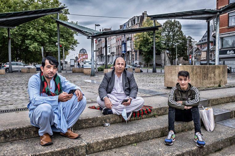 Afghaanse mannen op een plein in de wijk Saint-Léonard. 'We wisten dat het in Brussel erg was, maar hier? Niets van gehoord.' Beeld Tim Dirven