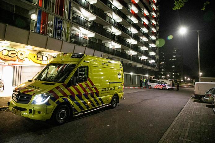 Hulpdiensten bij de flat na de vondst van het lichaam in Arnhem.