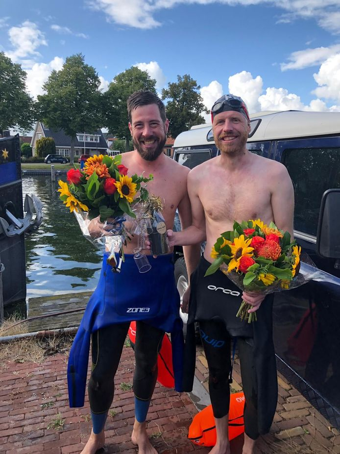 De finish is gehaald, bloemen voor Sil Smit (links) en Jordi Fransen.