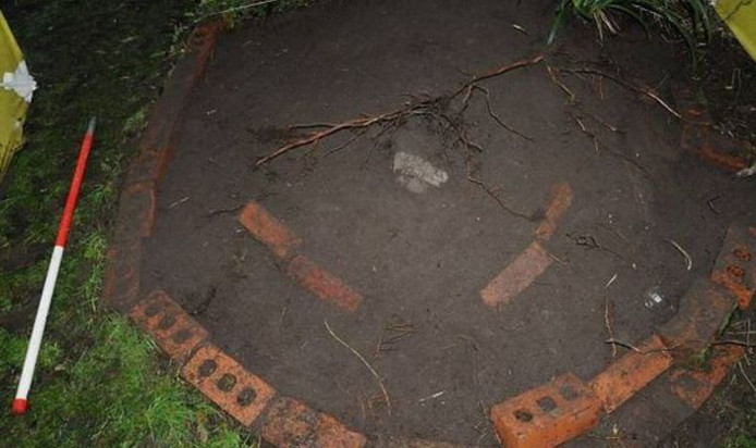 Het graf markeerde Barbara Coombes met grote rode bakstenen