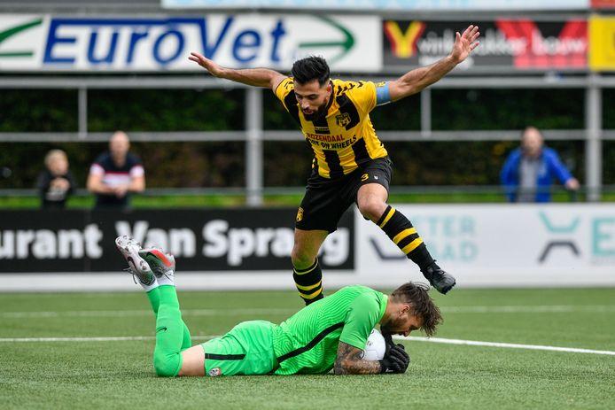 Tarik Evre komt net te laat om de keeper van Sportlust'46 te verschalken.