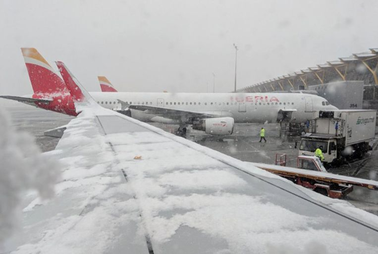 Twee van de vier pistes van de luchthaven Barajas gingen tijdelijk dicht om sneeuw te ruimen.