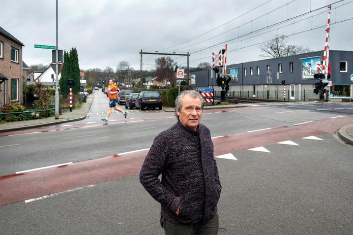 Mauri Wolff bij de overweg op de Nordlaan. Fietsers op de Zuider Parallelweg zullen hier nooit voorrang krijgen.