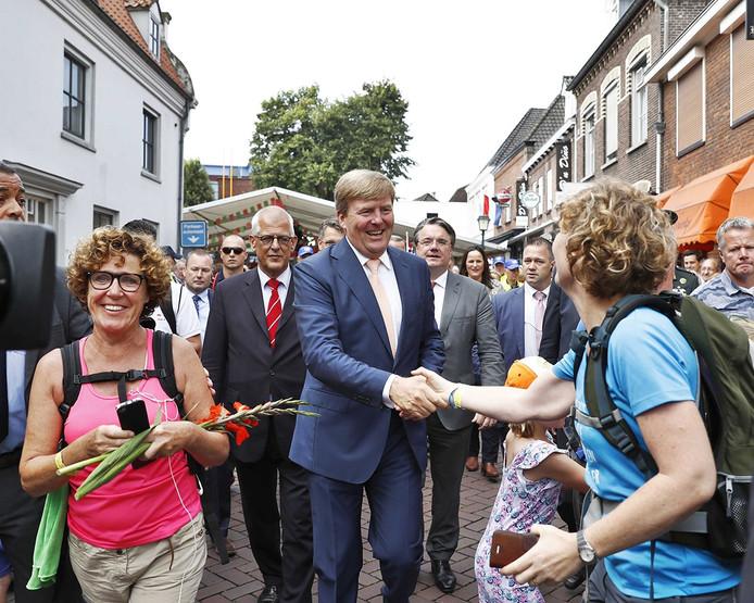 Koning Willem-Alexander op de slotdag van de Vierdaagse Nijmegen. Het wandelevenement wordt dit jaar voor de honderdste keer georganiseerd. FOTO ANP KOEN VAN WEEL