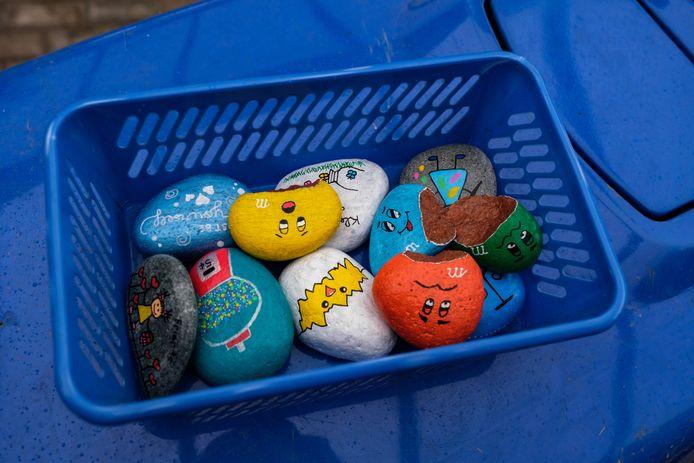 De stenen zijn beschilderd met onder meer kleurrijke tekeningen en grappige figuurtjes.
