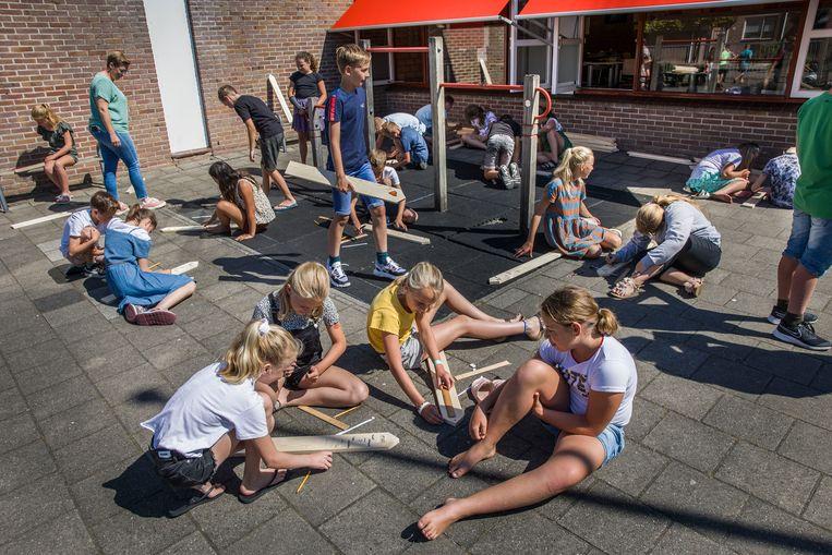 In de aanloop naar Wereldvluchtelingendag (20 juni) worden door heel Nederland gedenktekens gemaakt voor 44.000 aan de grens van Europa omgekomen vluchtelingen. Ook op School met de Bijbel De Schakel in Nieuw-Lekkerland. Beeld Arie Kievit