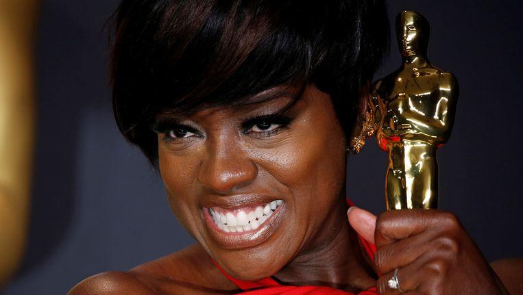 Viola Davis toont trots haar Oscar. Beeld REUTERS