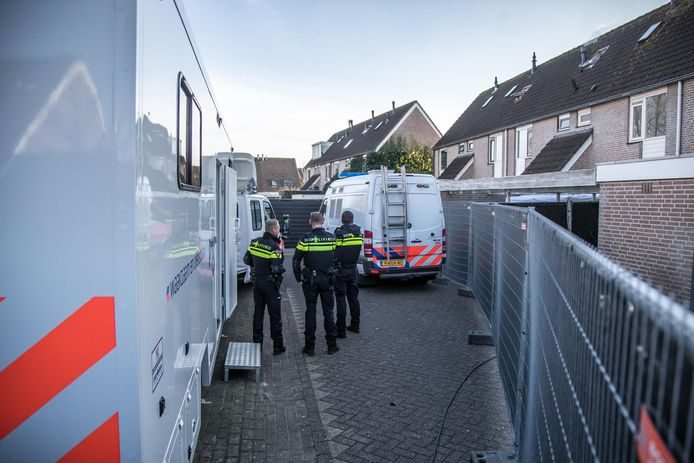 Grootscheeps politieonderzoek in en rond een woning aan de Van Zuylenware in Zwolle-Zuid.