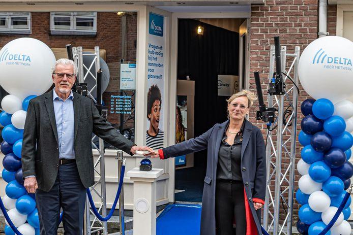 De opening van het informatiepunt voor glasvezel in Doesburg door wethouder Birgit van Veldhuizen en Piet Grootenboer, directeur DELTA Fiber Netwerk.