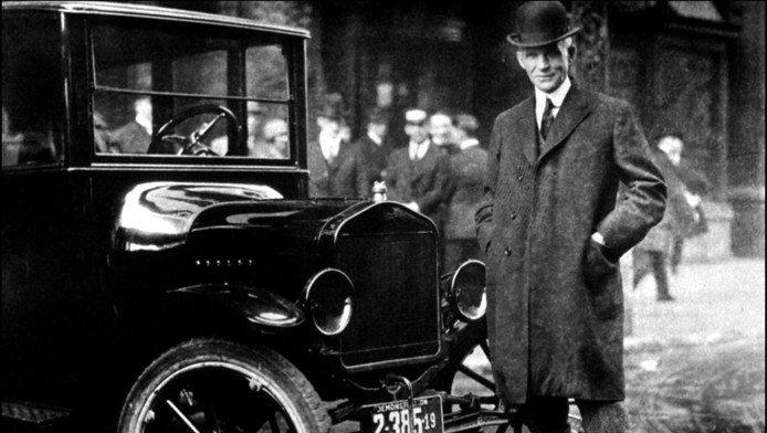 Henry Ford met een T-Ford in Buffalo, New York in 1921