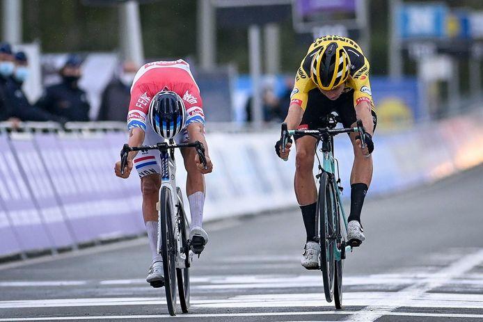 Van Aert jumpt letterlijk over de streep, maar komt een paar centimeters tekort om de Ronde te winnen.