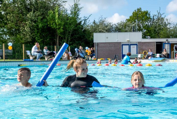 Abel en Eden Willems krijgen zwemles van juf Joyce Verhagen.