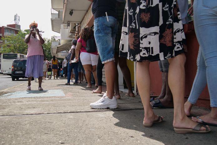 Mensen staan in de rij voor een covidtest in Fort-de-France, Martinique.