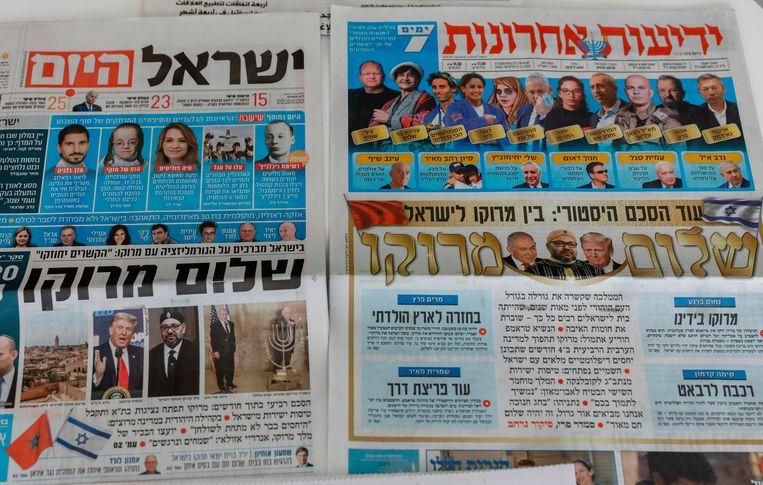In Israëlische kranten wordt het nieuws aangekondigd dat Israël en Marokko hun relatie normaliseren.  Beeld AFP