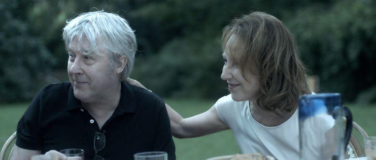 Arno aan de zijde van Nathalie Baye in 'Préjudice': 'Ik steel van de mensen, met mijn ogen en mijn oren, als ik liedjes schrijf en ook wanneer ik acteer. Ik zie hoe ze zijn.' Beeld rv